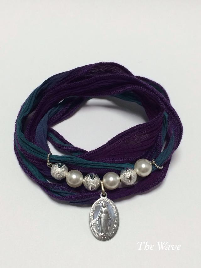 フランス製メダイとシルクリボンのブレス -Peacock-