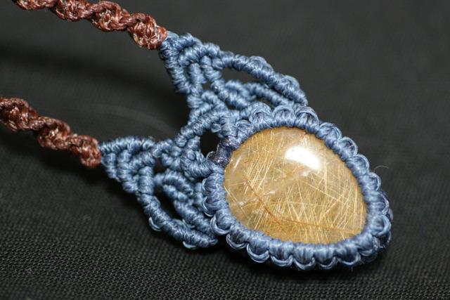 ルチルクォーツのマクラメ編みネックレス