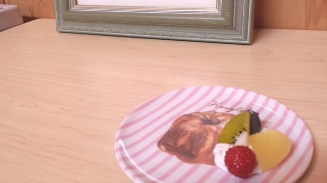 フルーツを添えたクグロフのアクセサリートレイ