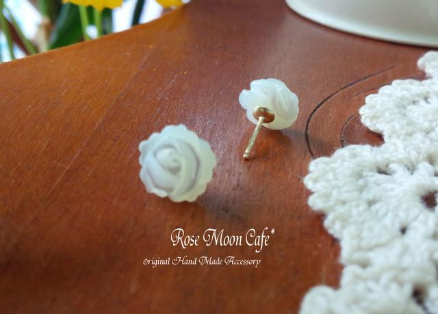 ホワイトシェル薔薇の大人可愛いスタッドピアスk14gf