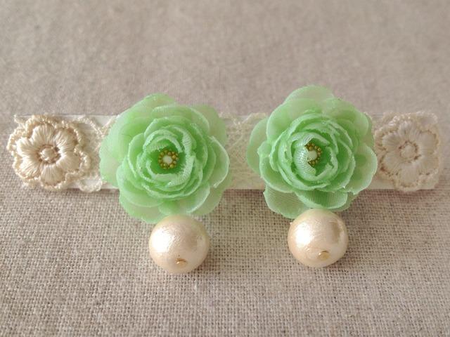 コットンパールと染め花を樹脂加工したピアス(ライトグリーン)