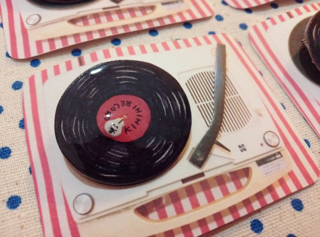 キヒヒ印のレコードブローチ