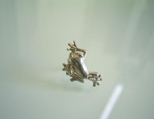 シルバー製 小さなカエルのピンバッチ
