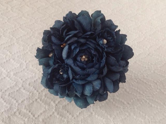 染め花のコサージュブローチ(バラ・ネイビー)
