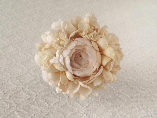 染め花のコサージュブローチ(バラ・ベージュホワイト)