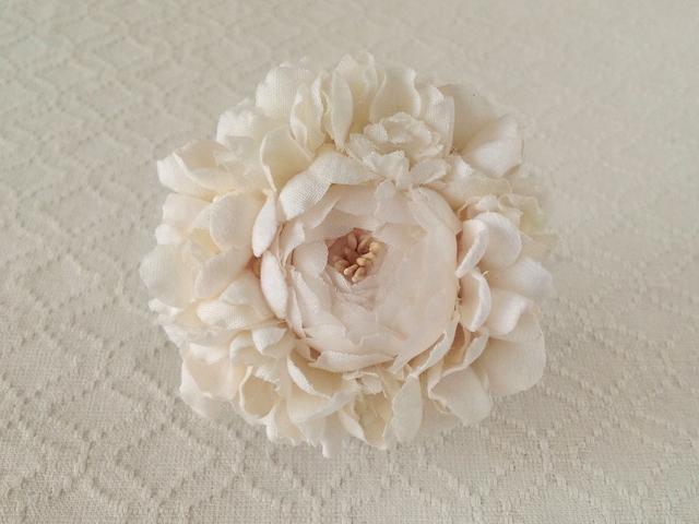 染め花のコサージュブローチ(バラ・オフホワイト)