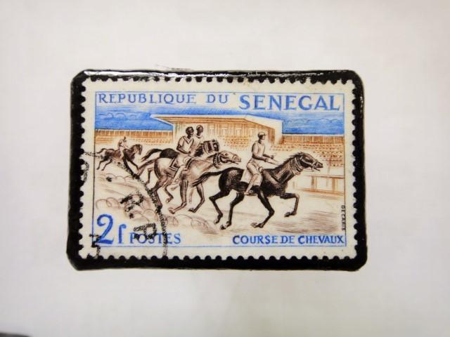 セネガル 馬切手ブローチ1127