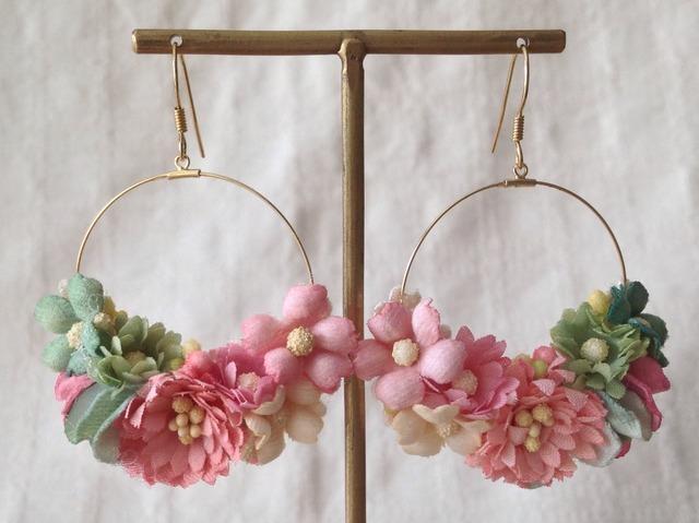 染め花のフープピアス(ピンク&グリーン)