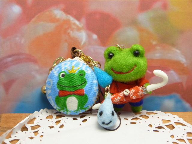 「雨の日も楽しくなるね」カエルとマカロンコインケース