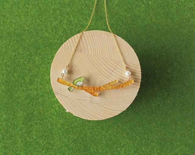 小枝に止まる小鳥のネックレス
