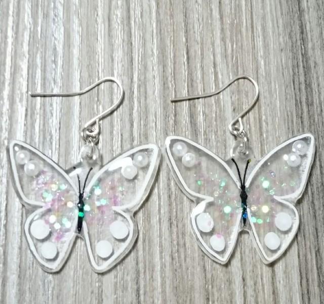 キラキラの蝶のピアス※イヤリング(ホワイト)