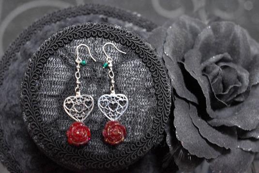 透かしハートとバラのピアス 赤・銀