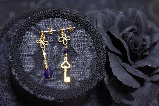 四葉と鍵のアシメトリーピアス 紫・金
