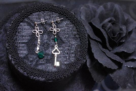 四葉と鍵のアシメトリーピアス 緑・銀