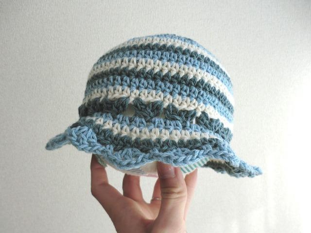 ボーダーのつば付きベビー帽子 42cm ブルー