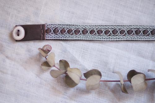 北欧サーミスタイルのトナカイ革のブレスレット・焦げ茶5列