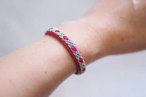 北欧サーミスタイルのトナカイ革のブレスレット・赤