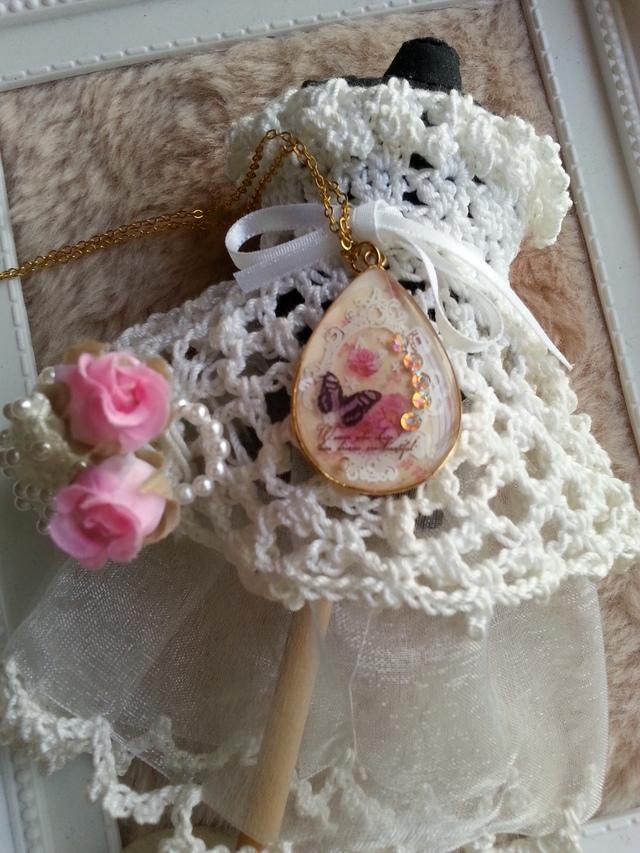 レースをあしらったバラと蝶々のネックレス