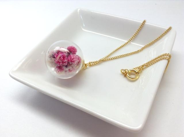 カスミ草のガラスドームネックレス(ピンク)