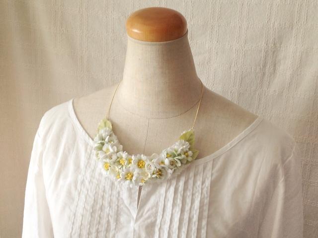 染め花の三日月型ネックレス(M・ホワイト&グリーン)