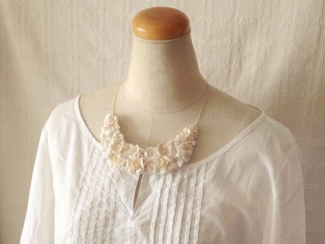 染め花の三日月型ネックレス(M・オフホワイト)