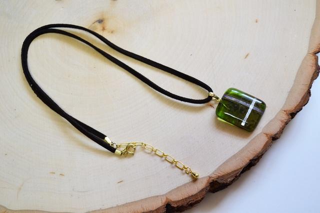 深緑色のクロス模様ガラスネックレス