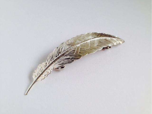 キラリと光る、羽のバレッタ?シルバー?