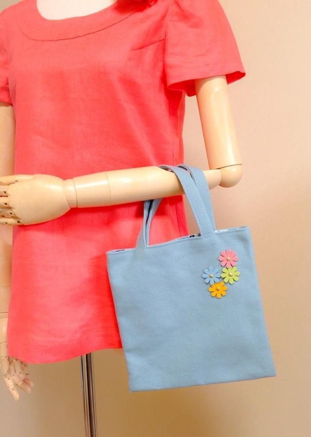 ★値下げ★手さげバッグ (ブルーお花つき)