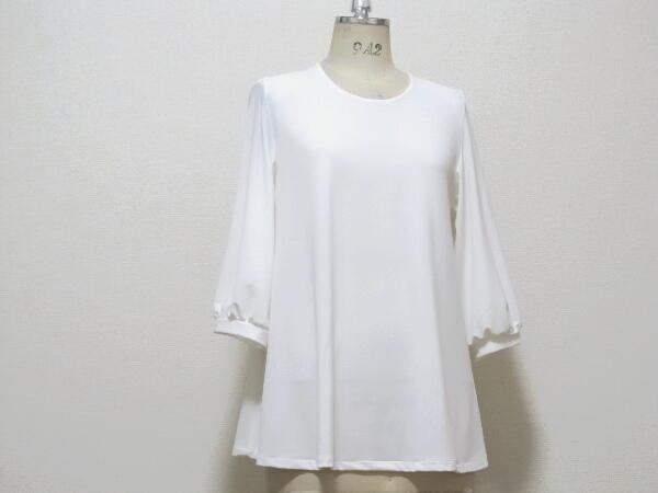 白のシンプルなAラインブラウス