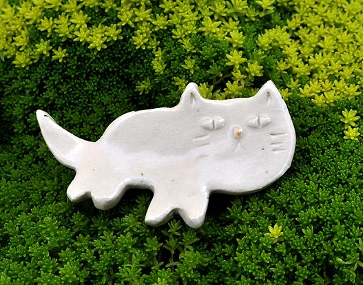雑木林でみかけた白ネコの箸置き