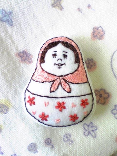 春色マトリョーシカの手刺繍ブローチ
