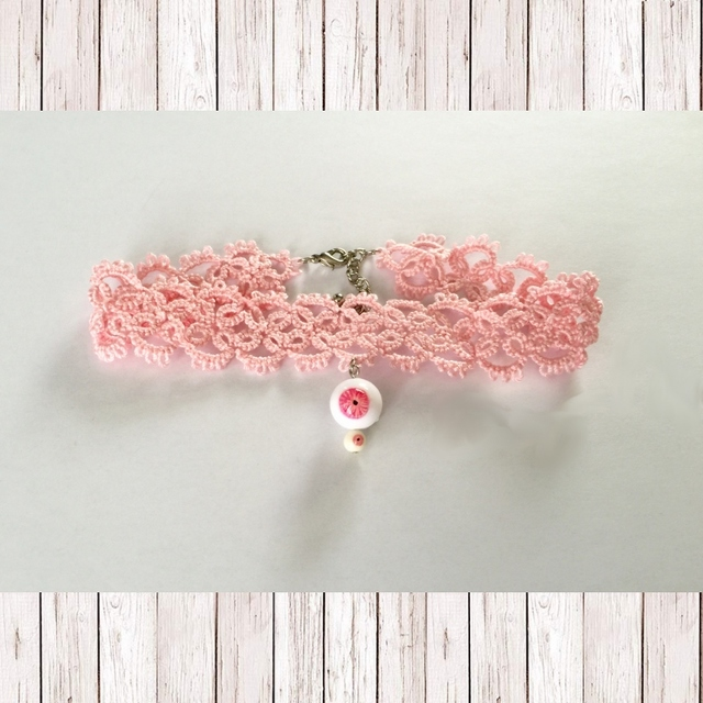 タティングレースのピンクアイチョーカー