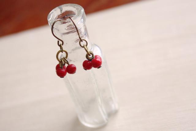 ちいさな赤い実3つのヴィンテージガラスのピアス(チタン)