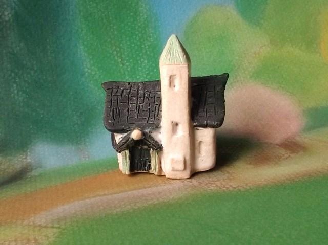 陶の家-高い煙突のそびえる瓦屋根の家