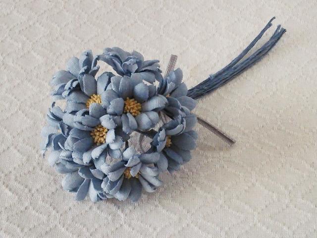染め花のミニデイジーのコサージュ(ブルーグレー)