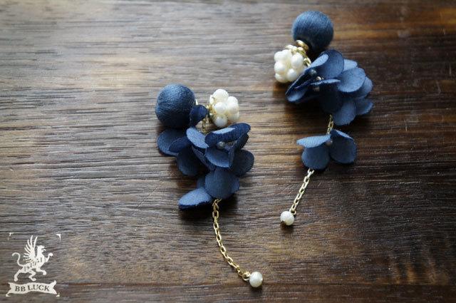 pierce 【 ちいさな紫陽花と淡水パールのピアス * navy blue 】