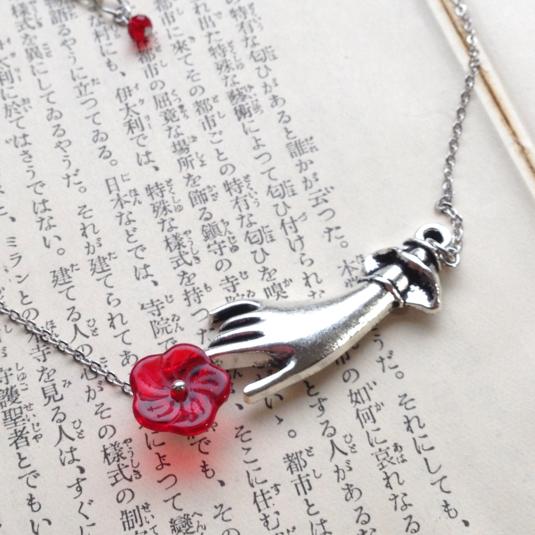 真紅の花を持つ貴婦人のネックレス *手毬屋*