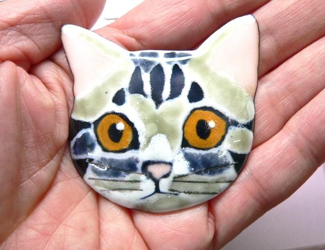 七宝焼の猫・アメリカンショートヘアの大きなブローチ(正面)