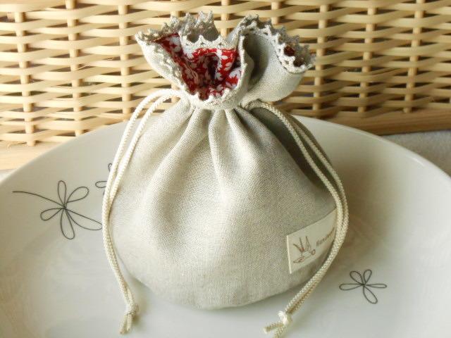 バッグに入れてね!リネンとレースのまあるい花柄ミニ巾着(赤)