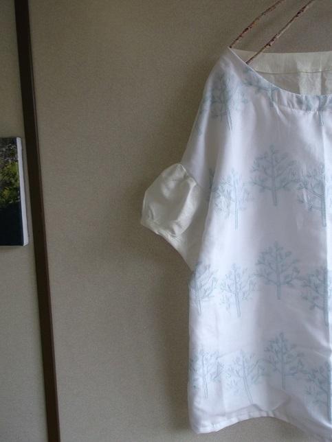刺繍リネンパフ袖ブラウス