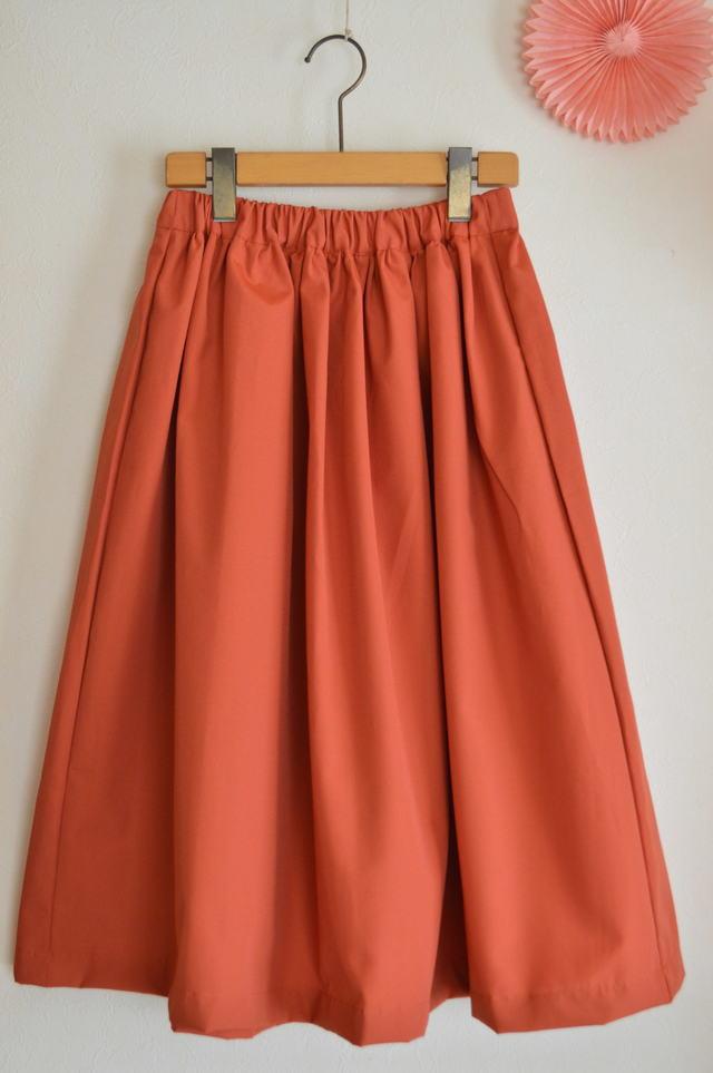 夏向け ミモレ丈スカート 落ち着いた柿オレンジ
