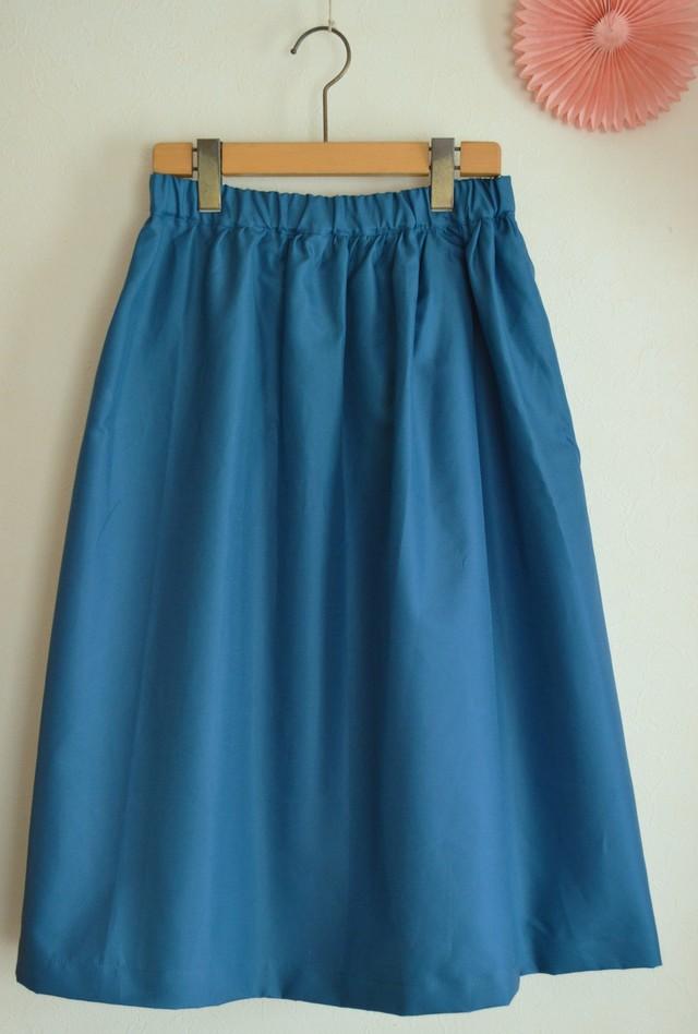 夏向け ミモレ丈スカート 落ち着いたコバルトブルー