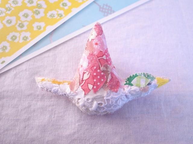 小鳥のブローチ ピンク よこ