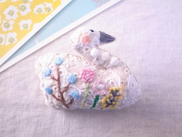 スワンのブローチ ガーデン刺繍2
