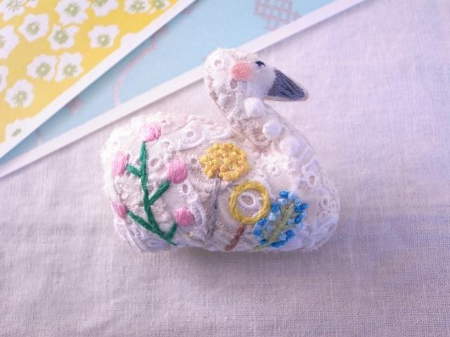 スワンのブローチ ガーデン刺繍1