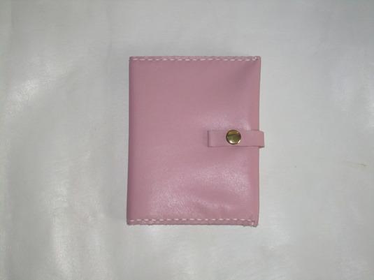 淡いピンクのカードホルダー カバーです