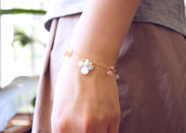 ビルマ翡翠とオレンジムーンストーン・白蝶貝のブレスレット 〜Aksana