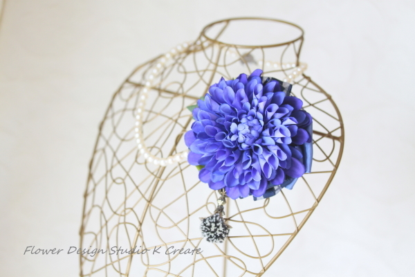 青いダリアのコサージュ兼ヘッドドレス
