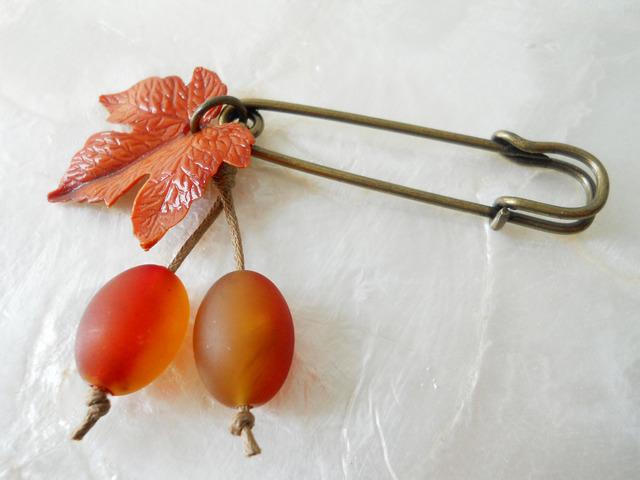 【ぶらん】ヴィンテージ葉っぱパーツの木の実ブローチ(赤茶)