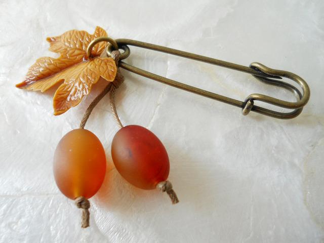 【ぶらん】ヴィンテージ葉っぱパーツの木の実ブローチ(金茶)